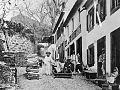 Carro de cesto do Monte com turistas preparando-se para a descida ao Funchal, c. 1900.jpg