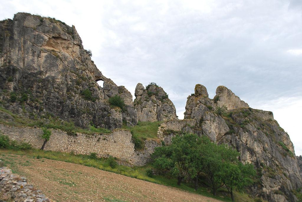 Vista de las ruinas del castillo.  Entre dos peñas se observa un puente que comunicaba la parte inferior con la torre principal que estaba sobre la roca más alta.