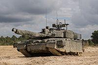 Grote, gecamoufleerde tank