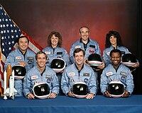 Na frente:Michael Smith, Francis Scobee, Ronald McNair. Atrás:Ellison Onizuka, Christa McAuliffe, Gregory Jarvis, Judith Resnik.