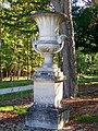 Chantilly (60), Petit Parc, route d'Avilly, vase à l'entrée ouest de la route.jpg