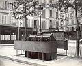 Charles Marville, Urinoir en ardoise à 6 stalles avec écran surélevé, Place de l'Église, ca. 1865.jpg
