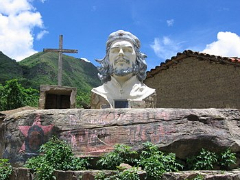 Photo of a Che Guevara statue at the site of h...