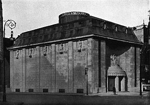 Ufa-Pavillon am Nollendorfplatz - Cines Nollendorf-Theater c.1914. The architect was Oskar Kaufmann, and the seated figure above the entrance and the bas-reliefs of the frieze on the Motzstraße side are by Franz Metzner.