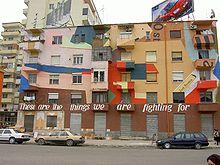 Case colorate a Tirana