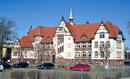 Auguste-Stift, Stiftsgebäude mit straßenseitiger Einfriedung und zugehörigen Freiflächen