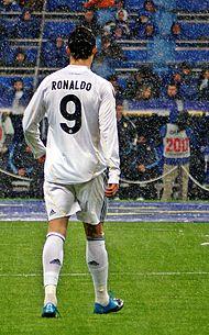 huge discount 3f837 dad9e Ronaldo aloitti uransa Real Madridissa pukemalla ylleen numeron 9. Raúlin  lähdettyä joukkueesta kesällä 2010 Ronaldo sai vaihtaa pelinumeron  seitsemään.