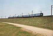 Ein IC3-Dieseltriebwagen gekoppelt mit zwei IR4-Elektrotriebwagen an der Ostauffahrt zur Großen-Belt-Brücke