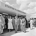 De koningin bezoekt de stand van de Stichting Planbureau Suriname op de Surinaam, Bestanddeelnr 252-4297.jpg
