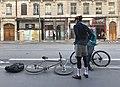 Des livreurs à vélos de plats cuisinés attendent la fin de préparation de leurs livraisons devant PanzerotTiamo (cours Lafayette, Lyon, France) en février 2019.jpg