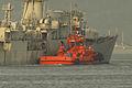 Desde el remolcador Roque S subió personal hasta la fragata (15424385077).jpg