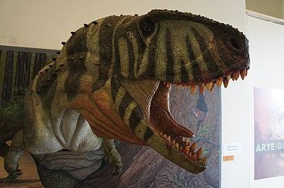 Detalhe de cabeça de reconstrução de dinossauro II.jpg