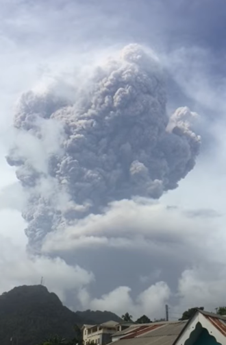 Deuxième explosion de la Soufrière à Saint-Vincent.png