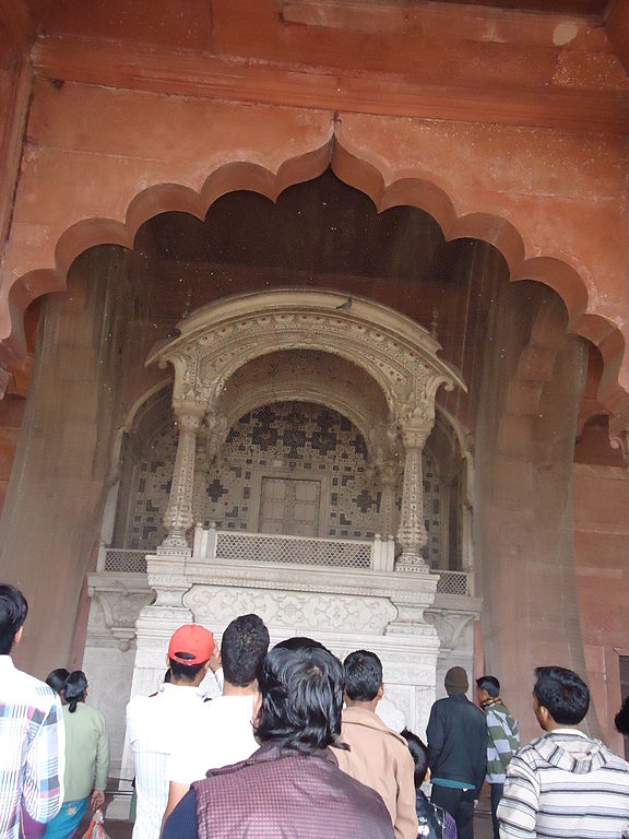File diwan e aam in lal quila jpg wikimedia commons for Diwan for sitting