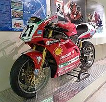 La Ducati 996 Factory con cui Bayliss corre il Mondiale Superbike nella stagione 2000, conservata presso il Museo Ducati.