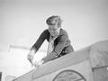 ETH-BIB-Pilotin Elly Beinhorn beim Arbeiten an ihrem Flugzeug am Kap Juby-Tschadseeflug 1930-31-LBS MH02-08-1036.tif