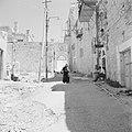Ein Karem. Straatbeeld weg die naar een poort leid met daarboven een beeldnis m, Bestanddeelnr 255-2797.jpg