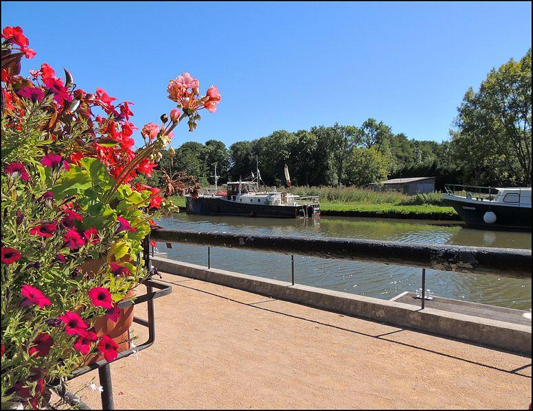 File:Escale sur le canal du Rhône au Rhin (Stopover on the channel from Rhône to Rhine).jpg