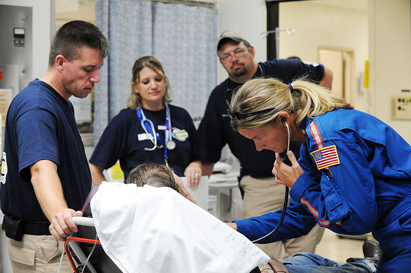 FEMA - 38464 - DMAT team IOWA-1 assisting a resident in Texas.jpg
