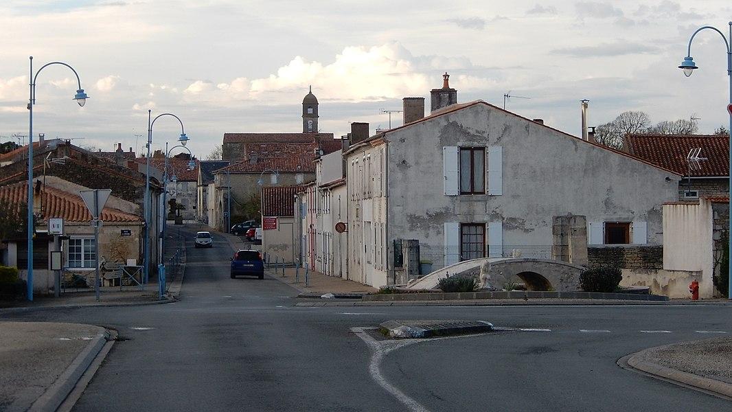 La rue de la Libération, vue par l'entrée sud de Muron (Charente-Maritime, France).