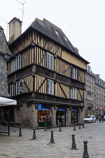 File:Façade est de la maison au 1 place des Merciers, Dinan, France.jpg Исторические памятники Динана, достопримечательности Динана, фотографии Динана