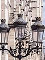 Faroles en la explanada de la Catedral de Notre Dame (14675773003).jpg