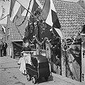 Feesten en kermis te Volendam. Uit rijden met de baby, Bestanddeelnr 900-5411.jpg