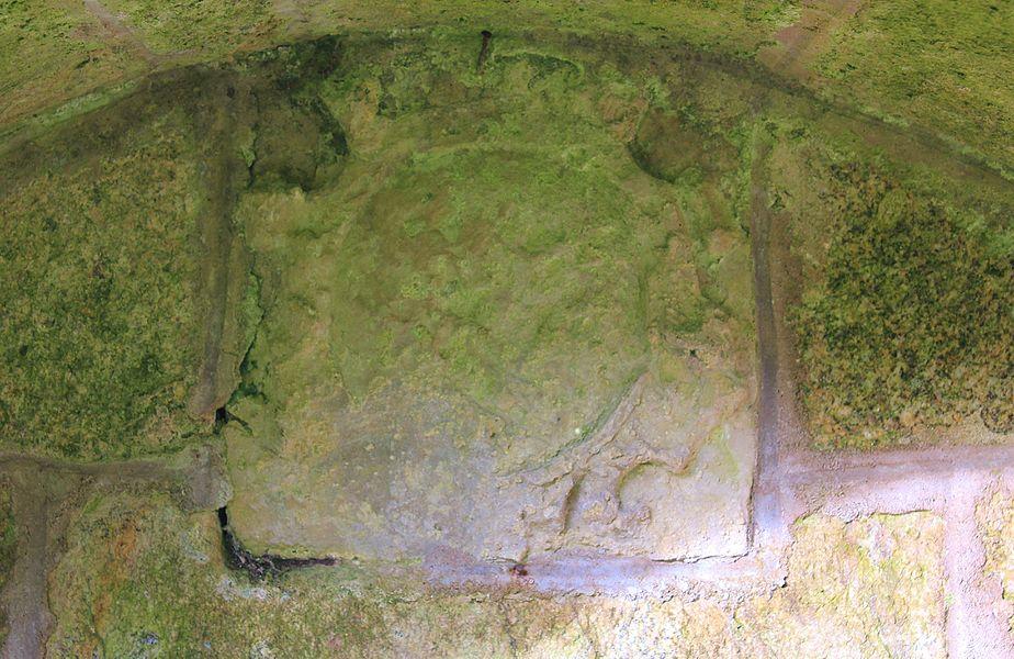 Fontaine Saint-Clair (Réguiny): reste de blason (?) à l'intérieur