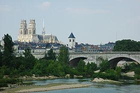 La cathédrale Sainte-Croix vue depuis la Loire