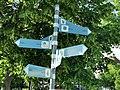 GER – BW – Friedrichshafen – Promenade (Wegweiser zu Partnerstädten mit Entfernungsangaben) 2021.jpg
