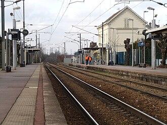 Pierrelaye station - The station and the tracks toward Pontoise