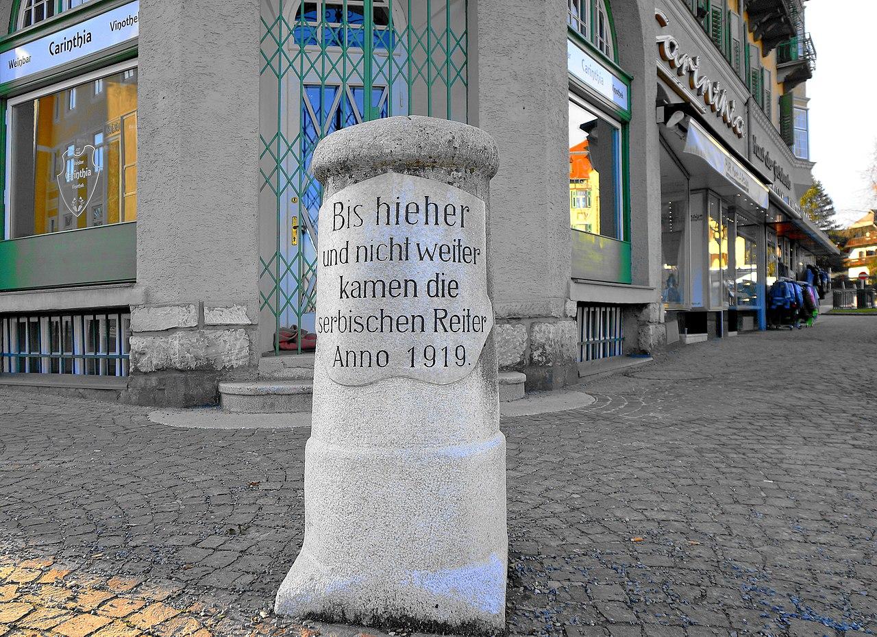 """Gedenkstein """"Serbische Reiter 1919"""" Hotel Carinthia Velden am Wörthersee, Kärnten.jpg"""