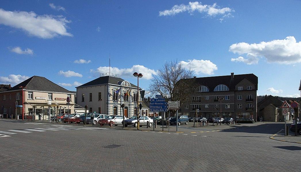 Gemeenteplein Huldenberg met links van het midden het gemeentehuis. Kijkend richting zuid-oost.