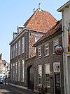 foto van Huis op de hoek van de Hamstraat, in schoon werk. Bovenlicht met ovaal en segmentmotieven