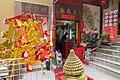 HK SW 上環 Sheung Wan 太平山街 Tai Ping Shan Street 明發樓唐樓 Ming Fat House shop temple n stairs Feb 2017 IX1.jpg