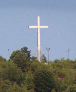 Holy Land USA - The stainless steel cross erected in 2008. The floodlights that illuminate the cross at night are visible. The Stainless Steel cross was removed in 2013 to make way for a new and larger lighted cross.