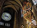 Im Straßburger Münster - Blick auf Langhausorgel und Westfensterrose.jpg