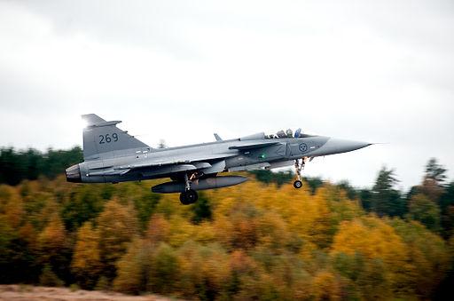 JAS 39 Gripen lyfter fran F17 i Kallinge Sverige (1)