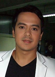 John Lloyd Cruz at ABS-CBN Talent Center, May 2010.jpg