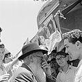 Joodse jongemannen en een oudere man staan voor een kiosk en voeren een gesprek , Bestanddeelnr 255-1846.jpg