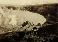 KITLV - 75196 - Kurkdjian, Fotograaf George P. Lewis, aldaar werkzaam - Sourabaya, Java - Crater Lake of the Kawah Ijen in Ijen Mountains - circa 1920.tif