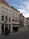 foto van Huis met gepleisterde lijstgevel en jongere winkelpui