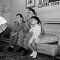 Koning Hussein met jongere familieleden, prins Hassan en prins Mohammad , in het, Bestanddeelnr 255-5066.jpg