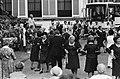 Koningin Juliana danst mee met een Volksdansgroep voor Bejaarden uit Heerlen, Bestanddeelnr 930-3213.jpg