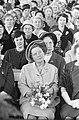 Koningin Juliana tussen 7500 huisvrouwen, Bestanddeelnr 913-7778.jpg