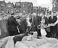 Koninklijk bezoek aan Leiden. Koningin Juliana op de Schapenmarkt, Bestanddeelnr 906-4765.jpg