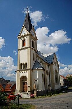 Kostel na návsi - pohled zepředu, Držovice, okres Prostějov.jpg