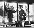 Kvinnlig modell i restaurangen på motellet Gyllene Ratten, Stockholm. Utanför putsar en man fönster - Nordiska museet - NMA.0056784.jpg