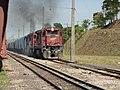 Locomotiva de comboio que passava sentido Guaianã pelo pátio da Estação Engenheiro Acrísio em Mairinque - Variante Boa Vista-Guaianã km 167 - panoramio.jpg