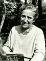 Marie Mauron lisant en son verger 1970.jpg